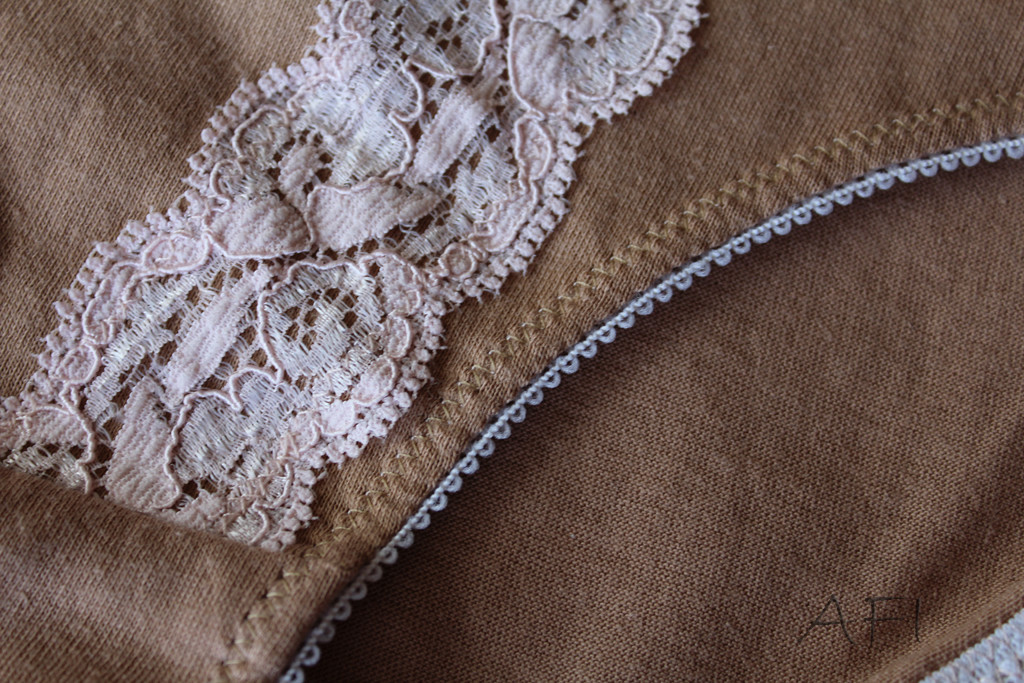 Nude panties - Stitch and lace detail